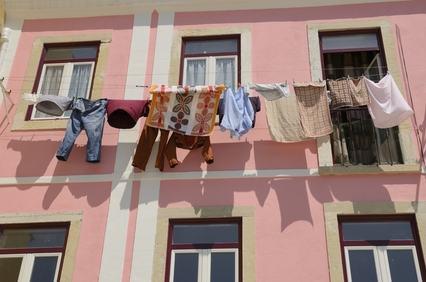 I panni stesi sul balcone in condominio prima parte - Asciugare panni in casa ...